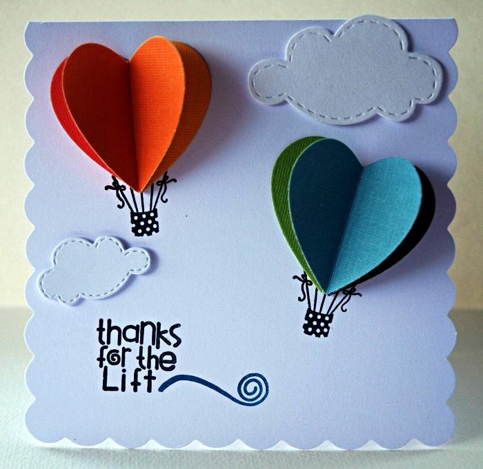 idée de carte anniversaire 1 an à faire soi même sur le thème du voyage, une carte de voeux personnalisée décorée de montgolfière en papier cartonné
