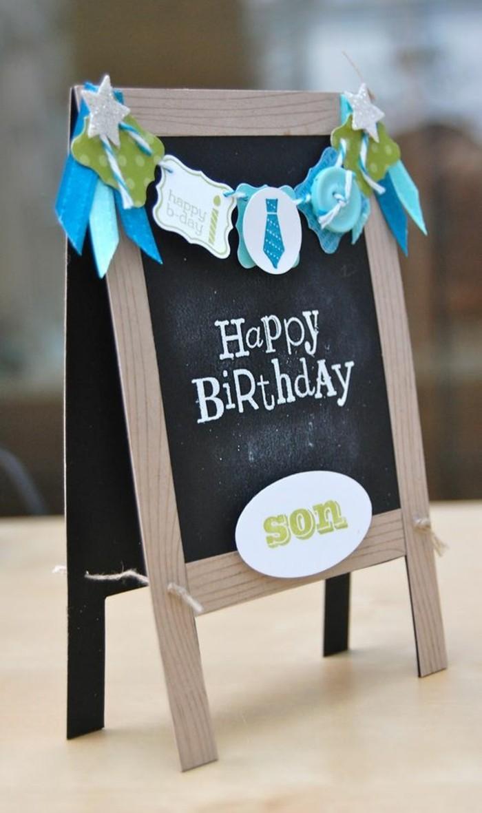 carte anniversaire enfant 3d en forme de tableau en ardoise décorée d'une petite guirlande scrapbooking en bleu et vert