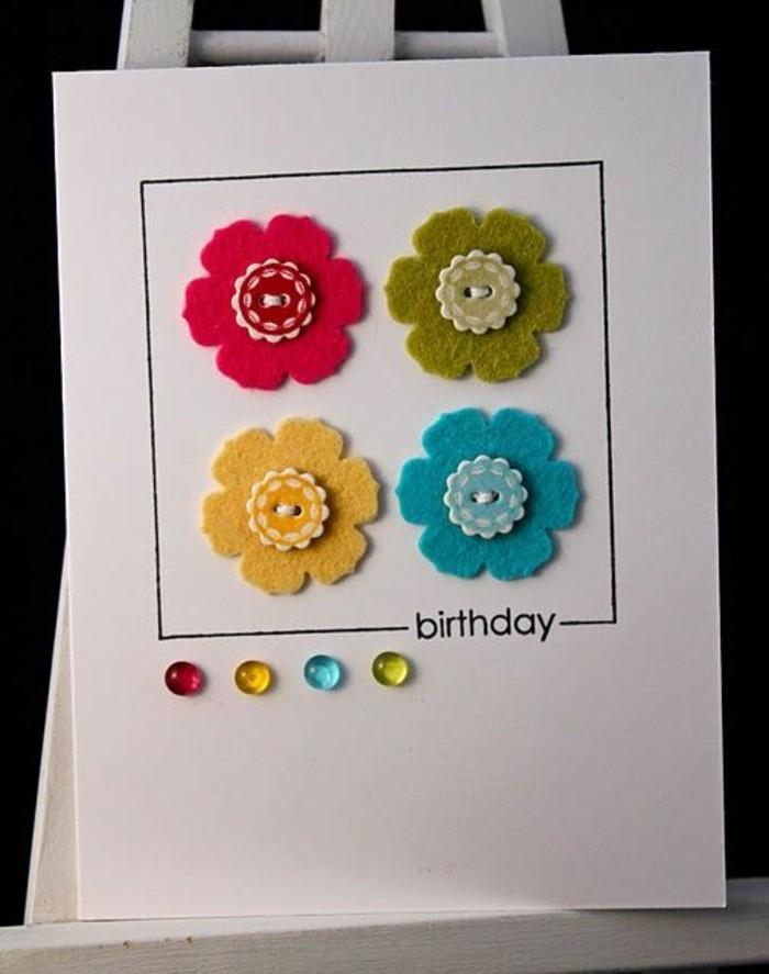 jolie carte fête d'anniversaire en papier blanc ornée de fleurs en feutre et boutons colorés