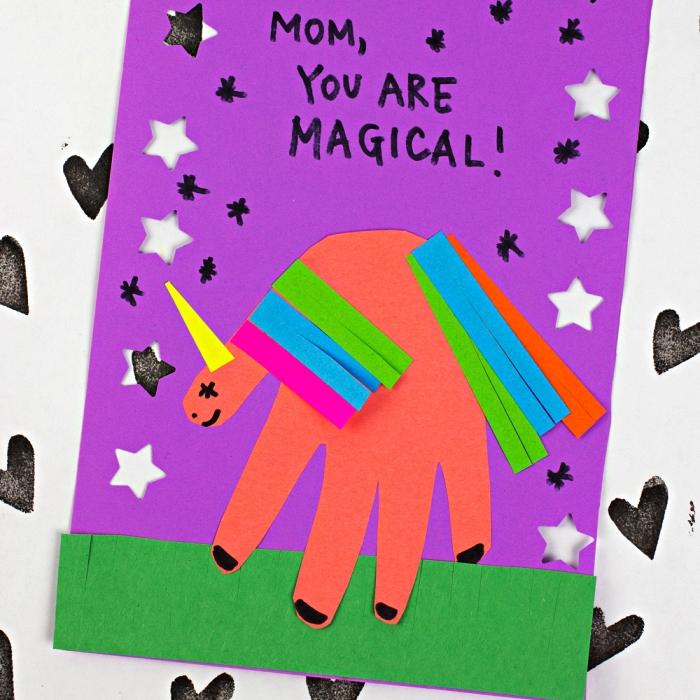 activité manuelle facile 3-5 ans en maternelle à l'occasion de la fête des mères, carte personnalisée motif licorne empreinte de main découpée et décorée
