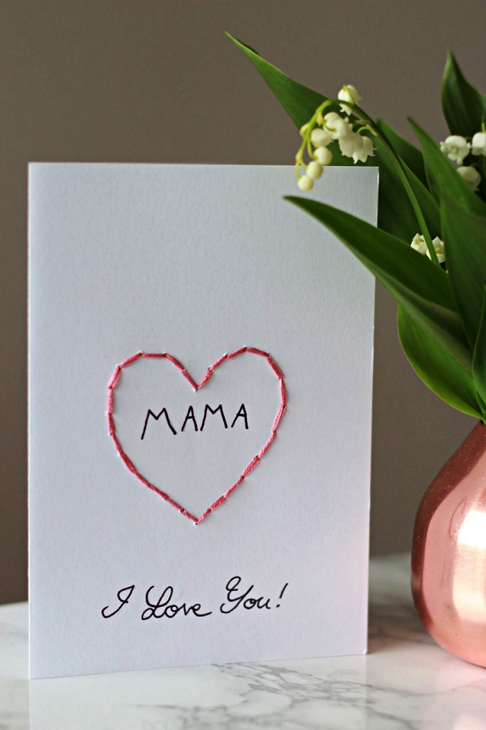 jolie carte avec cœur brodé et message personnalisée pour souhaiter bonne fête des mères