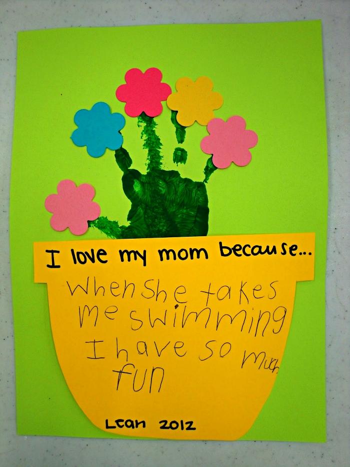 bricolage fête des mères pour tout petit, fabriquer une carte personnalisée avec des empreintes de mains