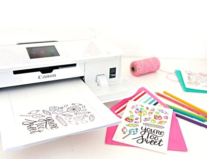 carte d'anniversaire à imprimer et à colorier avec des motifs gourmands assortie avec une enveloppe rose fuchsia