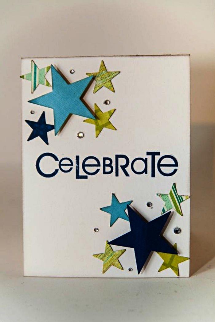 une carte d'invitation anniversaire personnalisée, décorée d'étoiles en papier cartonné imprimé avec une inscription fait main