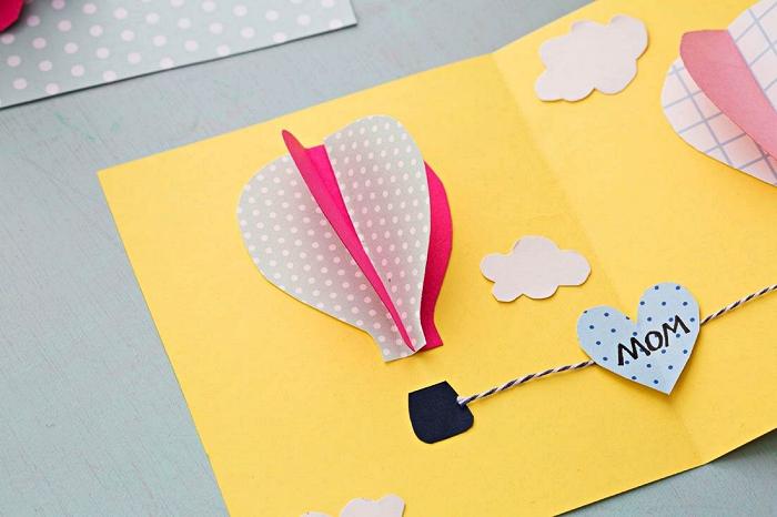 carte de voeux montgolfières en 3d à fabriquer avec les enfants à l'occasion de la fête des mères, une carte bonne fete avec prenom et petit mot doux à fabriquer pour la fête des mères