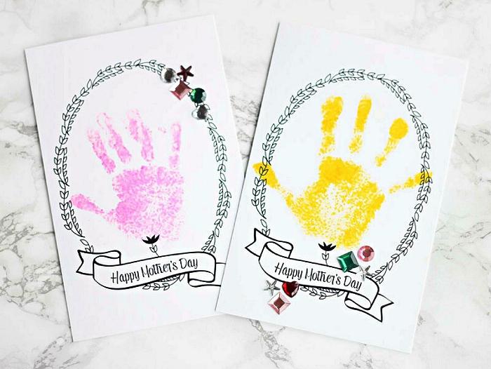 jolie carte pour la fête des mères à imprimer gratuitement avec couronne végétale et petite banderole joyeuse fête, à personnaliser avec les empreintes de mains des enfants