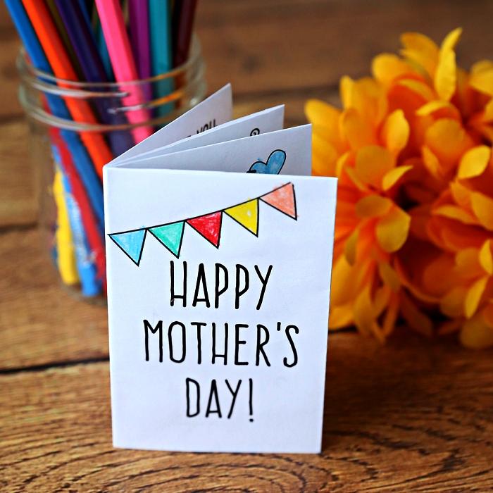 une carte faite-maison pour souhaiter bonne fête des mères, carte diy en forme de carnet pour la fête des mères avec dessins à colorier