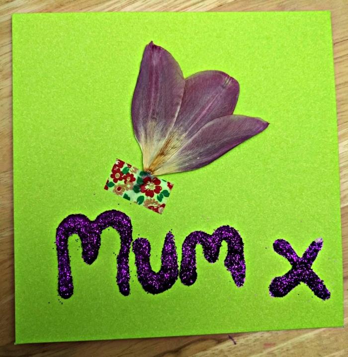 jolie carte personnalisée décorée d'une petite fleur séchées et d'un mot doux pailleté, carte personnalisée à faire avec les enfants en maternelle à l'occasion de la fête des mères