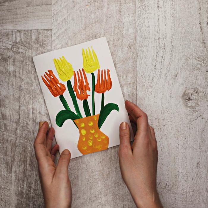 bricolage fête des mères pour tout petit, fabriquer une carte pour la fête des mères avec dessin tulipes à la peinture acrylique réalisé avec fourchette