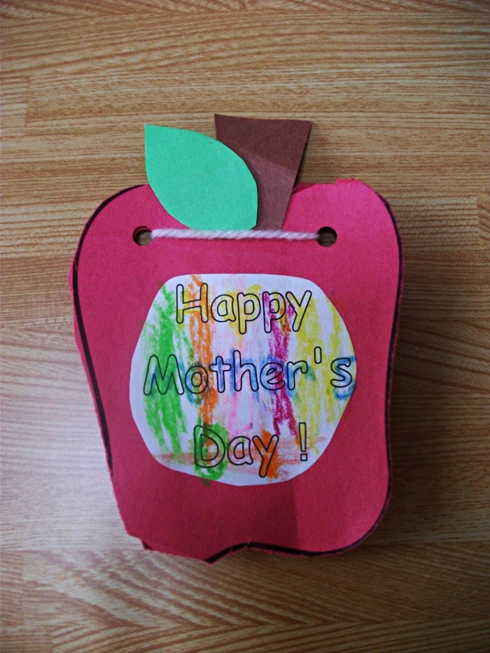 une carte carnet en forme de pomme avec dessin pour la fete des mere , idée de bricolage facile à l'école maternelle à l'occasion de la fête des mères