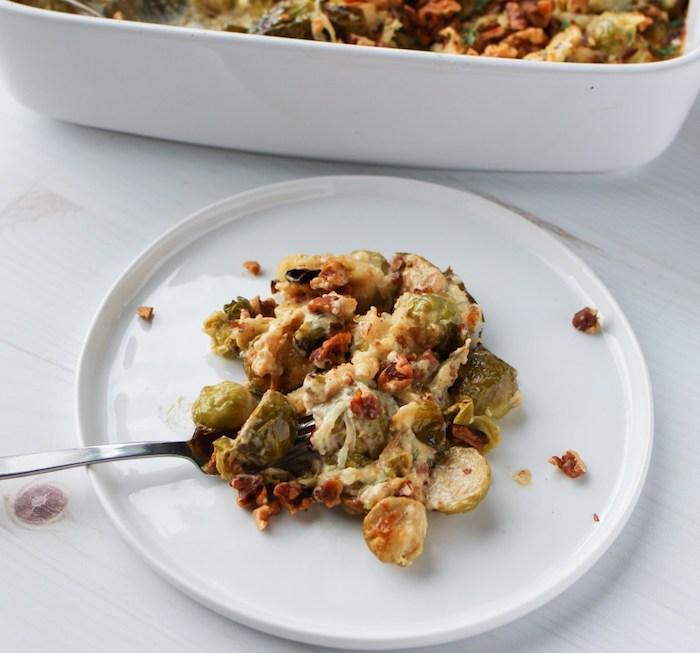 idée de gratin de cou de bruxelles avec fromages et lardons, recette cetogene simple pour midi