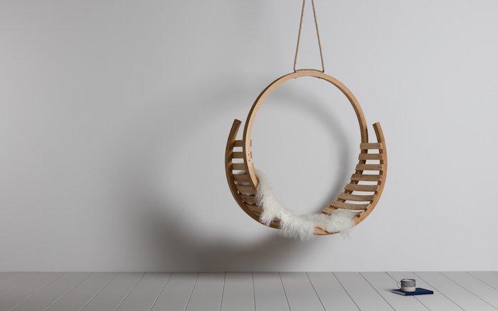 modèle de chaise suspendue design en bois circulaire type hygge dans décoration scandinave minimaliste