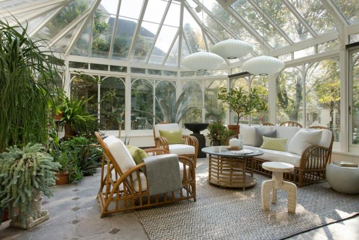 amenager une veranda vénitienne, chaises en bois, tapis sisal, plusieurs pots de fleurs