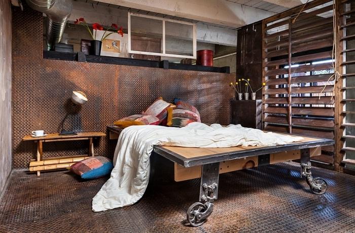 aménagement chambre adulte avec meuble style industriel, déco avec tuyaux apparents et meubles en bois brut