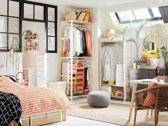 Simple rangement vetement ouvert, comment bien ranger sa chambre bohème style, choisir une palette de couleurs, chambre vintage décoré simplement en blanc et orange