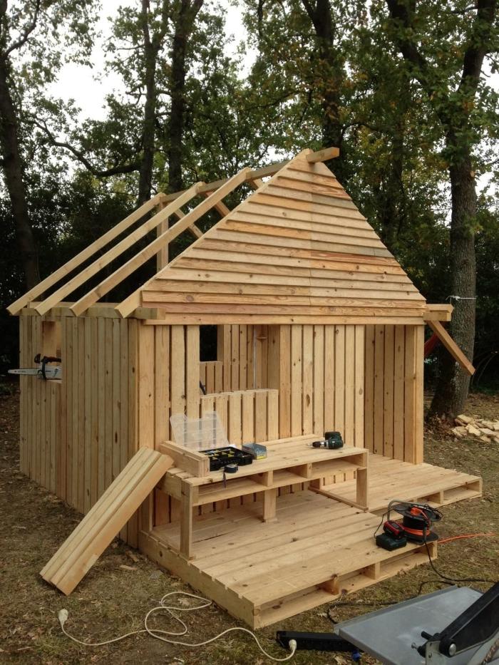 comment faire un cabanon en bois diy palette, exemple plan de construction d'une maison en bois pour le jardin