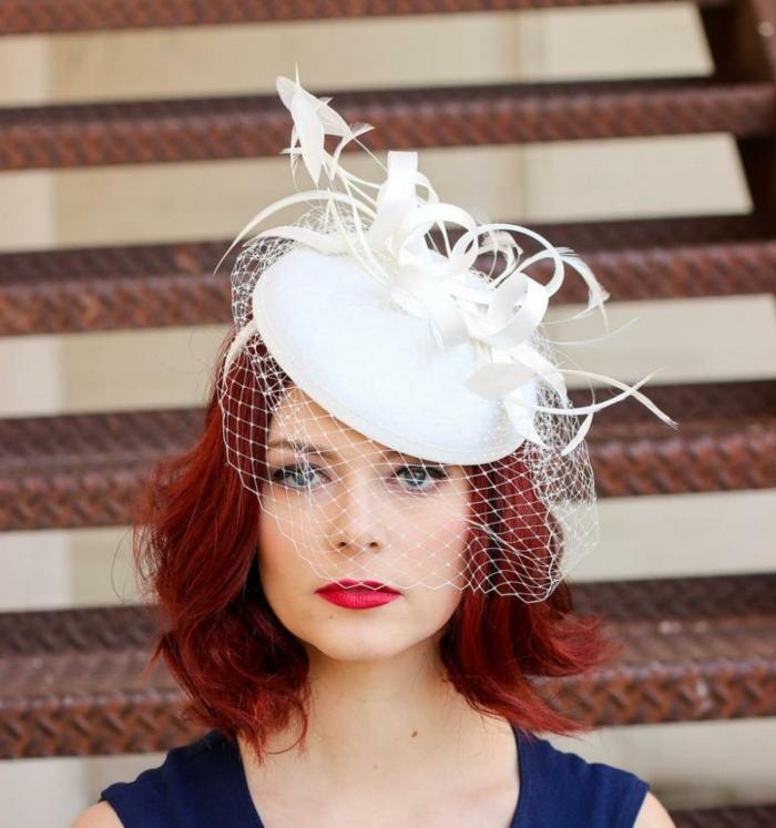 chapeau mariage femme, voilette cage, cheveux rouges, lèvres rouges, invitée de mariage