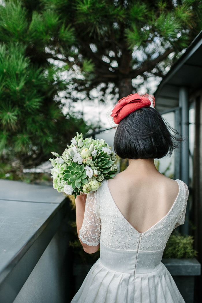 chapeau bini, cheveux noirs, robe dos nu, modèle de robe vintage, bouquet champêtre