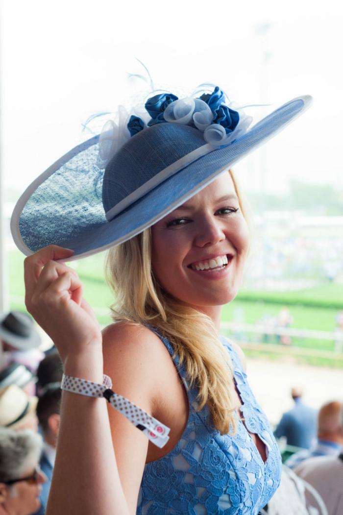 chapeau bleu avec fleurs en tissu, capeline mariage, accessoire cheveux cérémonie, robe bleu ciel