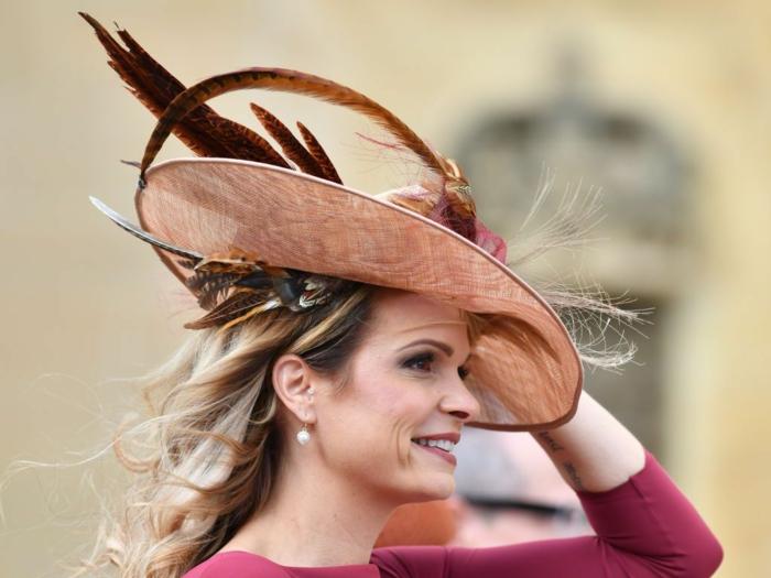chapeau plumes élégant, mousseline, boucles d'oreille perles blanches, chapeau femme été