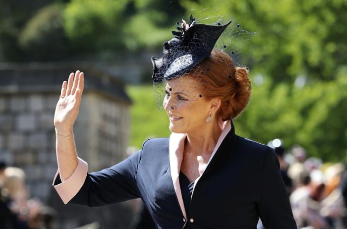 chapeau avec voilette couleur bleu foncé, chignon, veste noire, chapeau invité de mariage