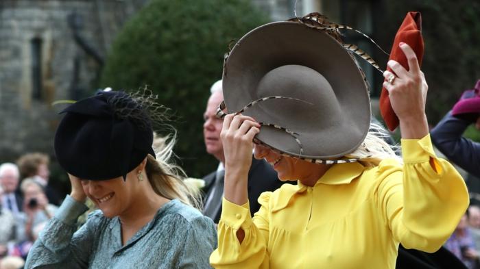 chapeau tendance pour mariage, chapeaux avec plumes, chapeau femme ceremonie