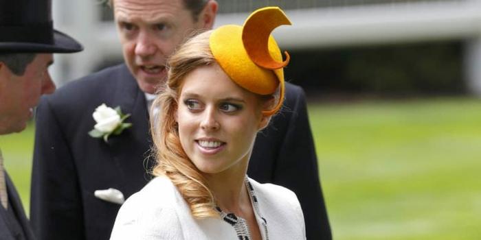 chapeau femme jaune, costume blanc, cheveux bouclés blonds, tenue élégante pour mariage