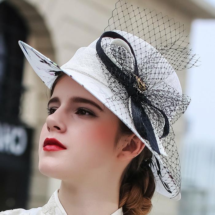 joli chapeau d'été blanc, ruban noir, filet noir, rouge à lèvres rouge, tenue blanche