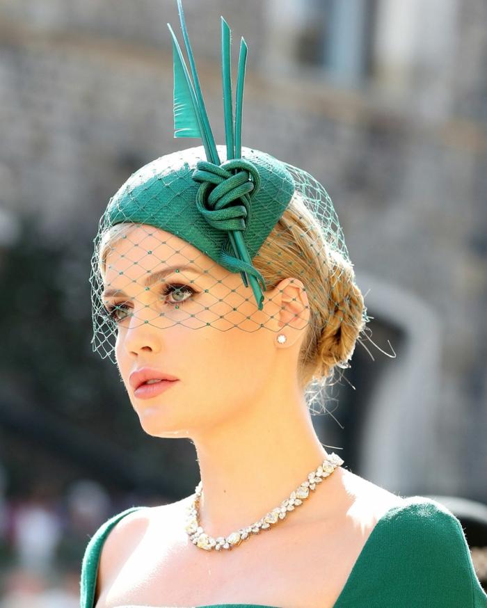 chapeau invité de mariage couleur vert émeraude, voilette mariage, décolleté bateau