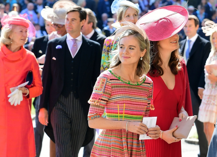 chapeau femme mariage, robes corail, chapeaux mariage originaux, robe rayures
