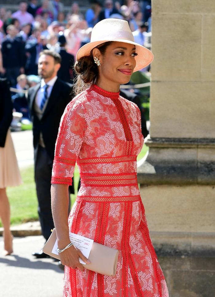 chapeau tendance beige, robe rouge aux motifs blancs, boucles d'oreilles feuilles d'argent