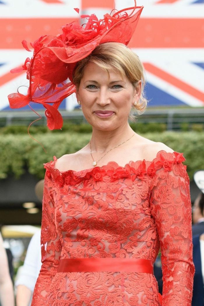 jolie robe d'invitée de mariage rouge, chapeau aux motifs abstraits, chapeau ceremonie rouge