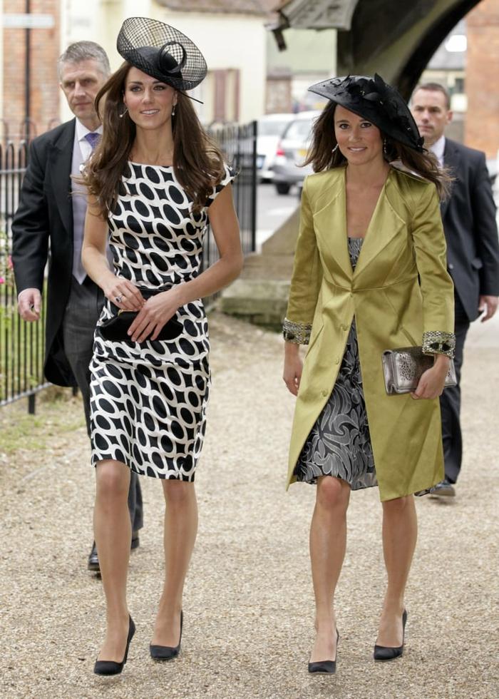 Pippa et Kate Middleton avec chapeaux noirs, chapeau de mariage stylé et tenue de mariage femme