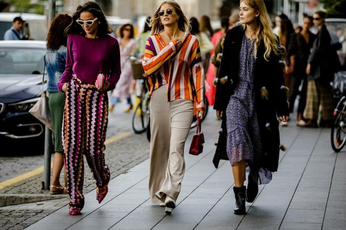 tendance printemps été 2019, robe en matière légère, chemise ryée, pantalon beige, pull lilas, pantalon bariolé motif graphique
