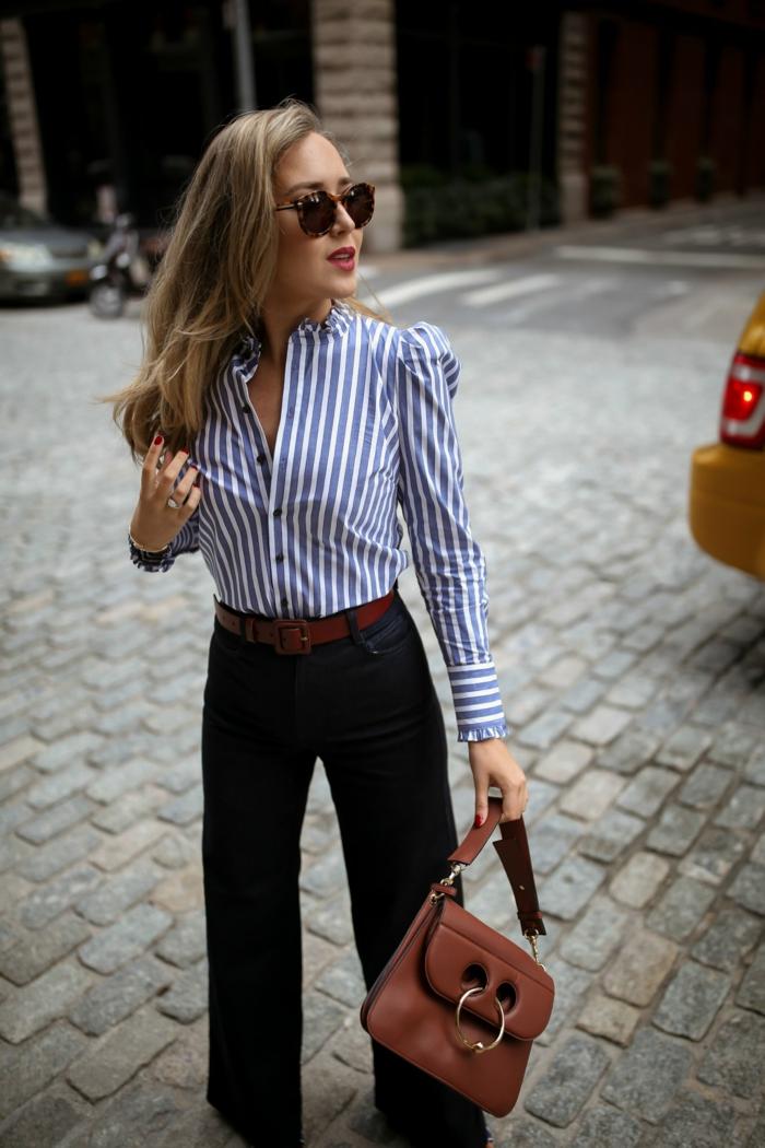 chemise aux rayures verticales, lunettes de soleil, jeans denim, sac marron, ceinture marron