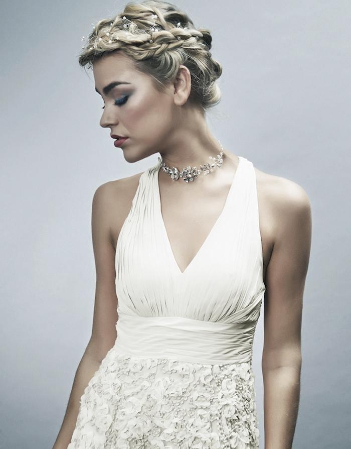 volume sur le dessus crée par des boucles et tresse de coté, accessoire cheveux pluie de petite perles blanches