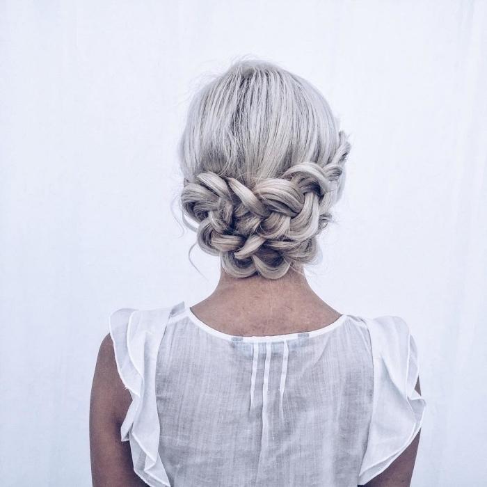 chignon avec tresse sur cheveux blond polaire, idée de coiffure femme tendance, chignon tressé bas sur cheveux longs