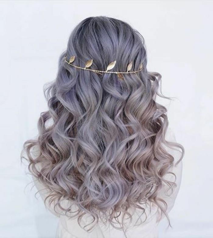 mèches bouclées couleur violette et couronne bijou pour cheveux en chaîne aux plumes dorées, exemple de coiffure facile