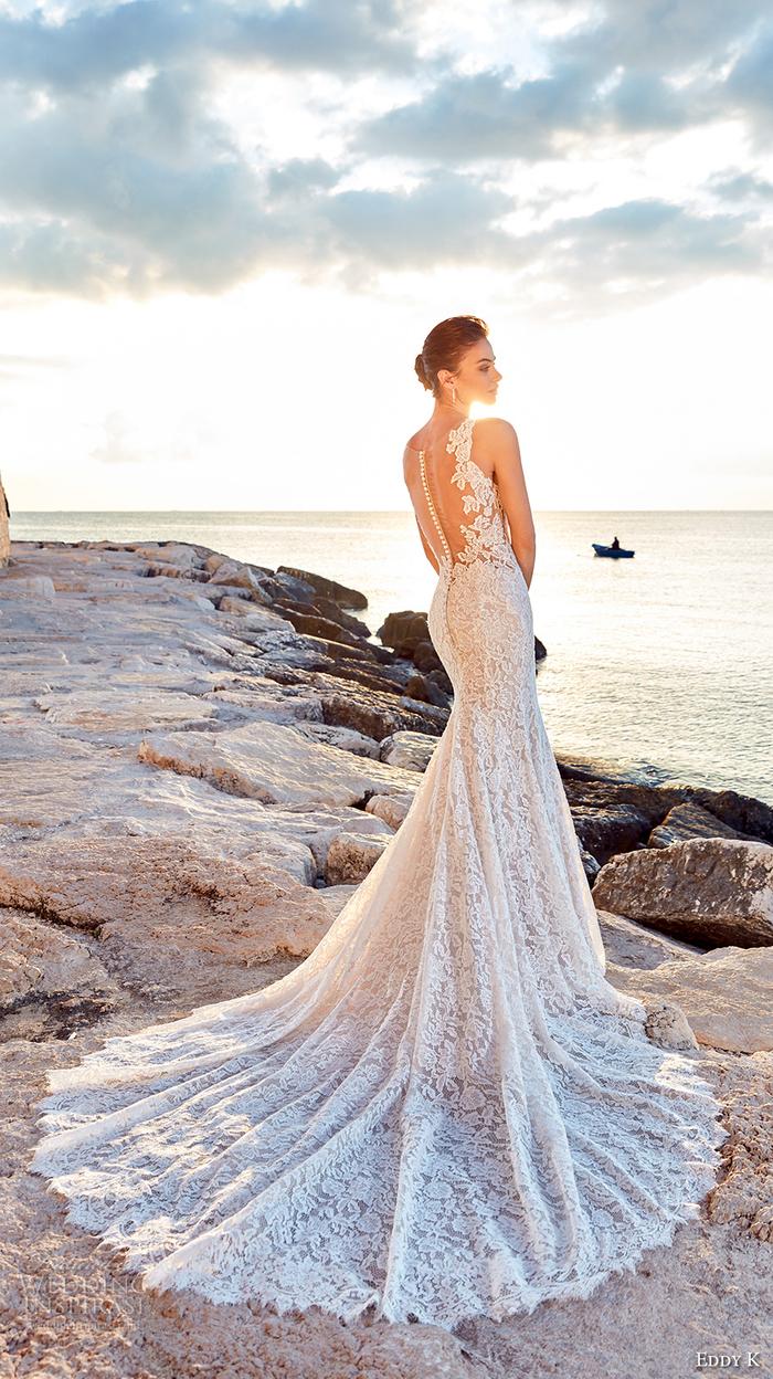 Photo au coucher de soleil au bord de la mer, belle femme en robe sirène longue traine, chignon basse mariage, cool idée quelle robe choisir pour son mariage pour se sentir comme princesse