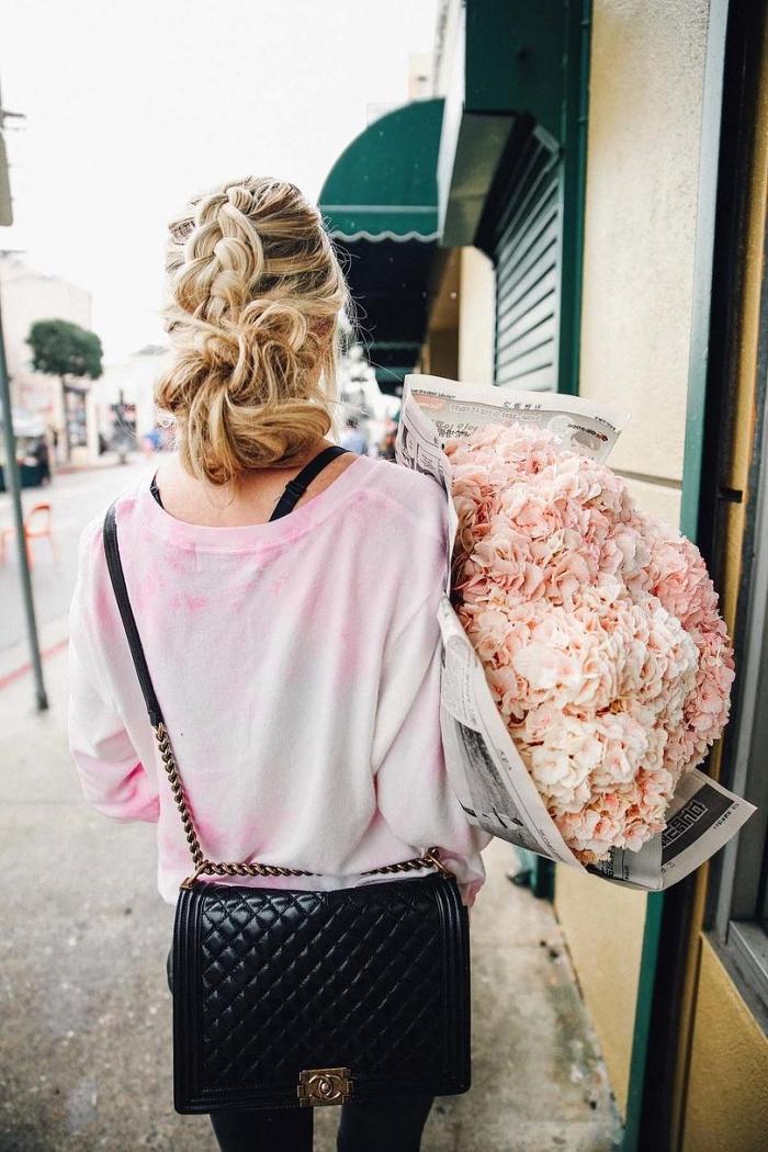 chignon coiffé décoiffé avec tresse hollandaise floue, idée de coiffure romantique avec chignon romantique bohème chic