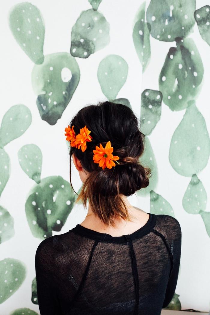 comment faire un chignon à partir d'une queue-de-cheval, coiffure bohème avec tresse sur le côté ornée de fleurs