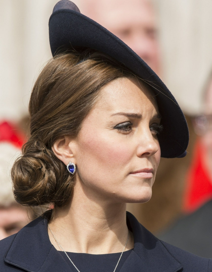 Kate Midlleton portant un chignon bas, bibi de côté noir, robe bleue, chapeau pour mariage officiel