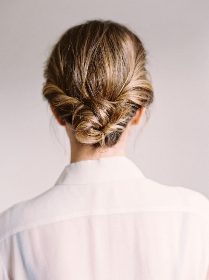 coiffure boheme chic avec chignon bas torsadé, coiffure femme tendance pour cheveux longs et mi-longs