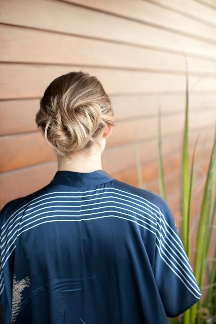 exemple de chignon banane bas avec des mèches blondes sur cheveux blond foncé, chignon cheveux mi long