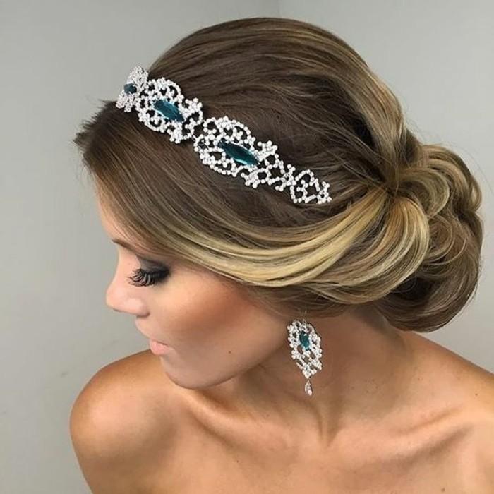 coiffure mariage femme avec chignon bas et une couronne bijou femme diadème, idée coiffure volumineuse cheveux longs