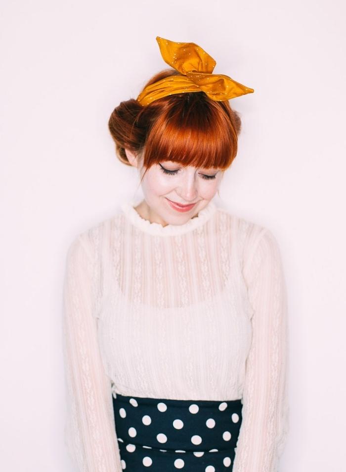 idée de coiffure avec foulard, chignon bas enroulé avec foulard noué sur le haut de la tête, coiffure vintage avec frange sur cheveux roux