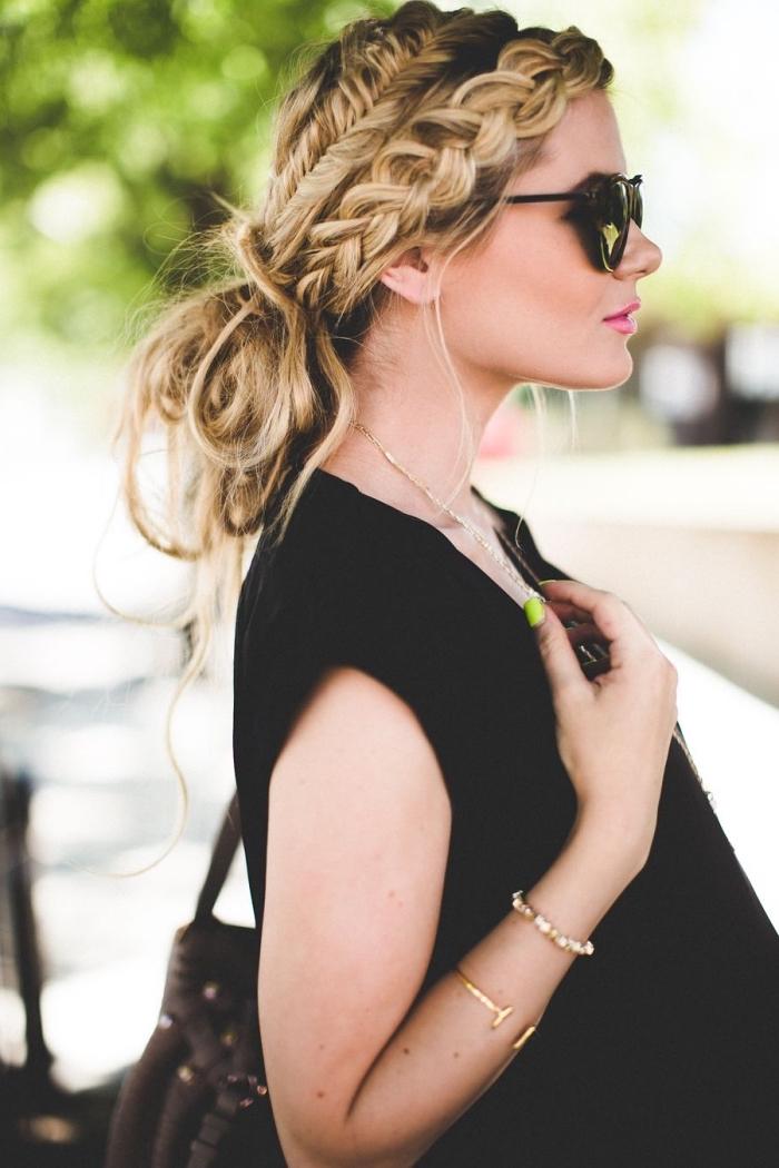 chignon de style bohème chic avec tresses de côté pour cheveux longs, idée de coiffure pour l'été avec chignon et tresses