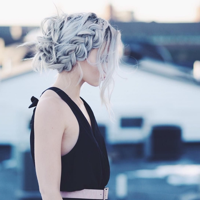 idée coiffure romantique facile et rapide, chignon coiffé décoiffé avec tresse sur le côté sur des des cheveux ondulés blond platine