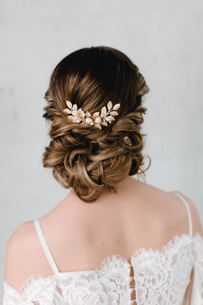 idée de coiffure mariage boheme chic, chignon romantique bas sur cheveux longs ondulés, ombré hair marron caramel pour une coloration tendance