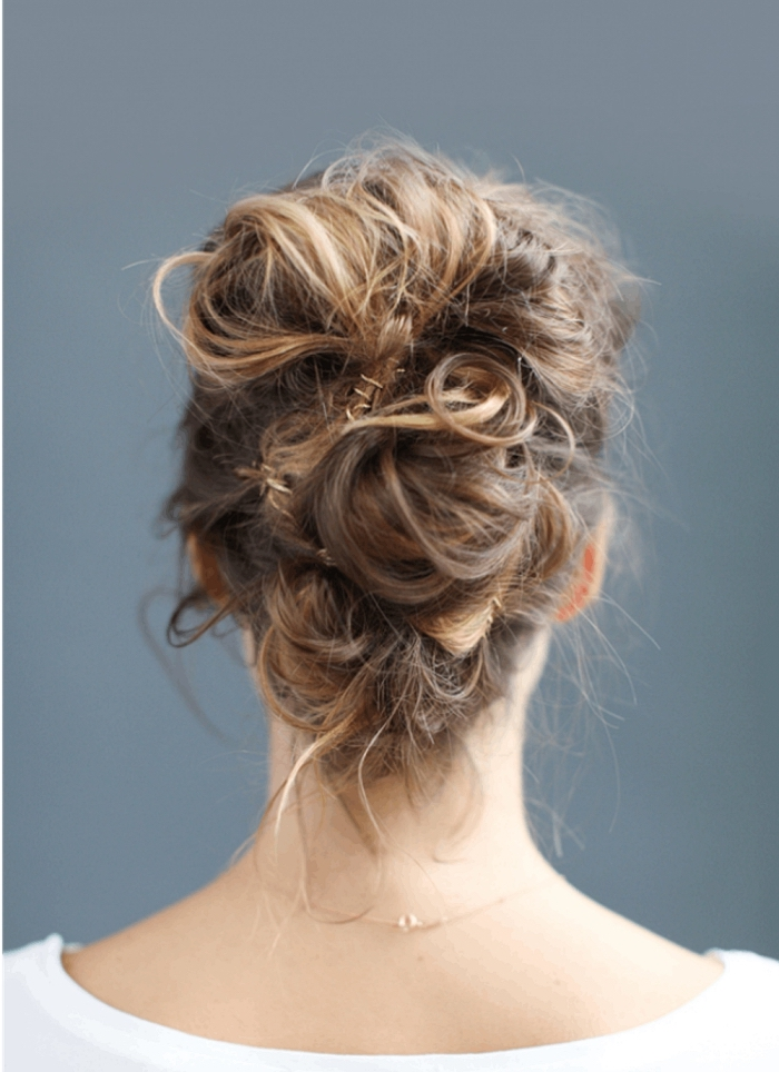 chignon cheveux mi-long ondulé fixé avec des pinces à cheveux, coiffure romantique bohème chic avec mèches torsadées